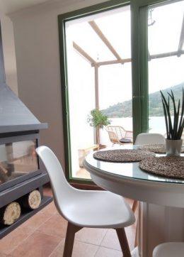 terrazas y chimenea en alojamiento con jacuzzi